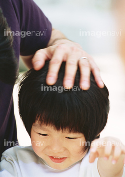 【頭を撫でる】の画像素材 行動・人物の写真素材ならイメージナビ