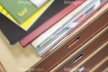 【書類 山積み】の画像素材 ビジネスアイテム・ビジネスの写真素材ならイメージナビ