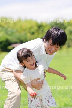 自転車の 自転車 赤ちゃん 母親 : 女の子を追いかける父親の写真