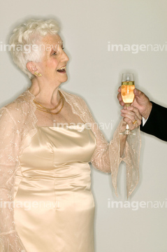 280b9a105067c 妻 年配の女性 パーティードレス の画像素材