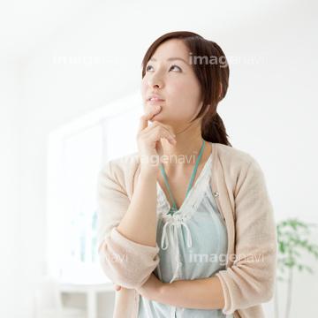 顎に手を当てるの画像素材 年齢人物の写真素材ならイメージナビ