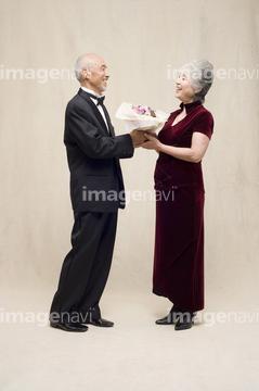 f6f5236a1e0b2 妻 年配の女性 パーティードレス ドレスアップ の画像素材