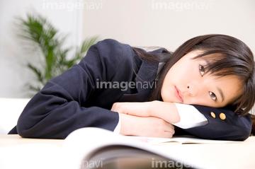 突っ伏す 日本人 1人の画像素材 年齢人物の写真素材ならイメージナビ