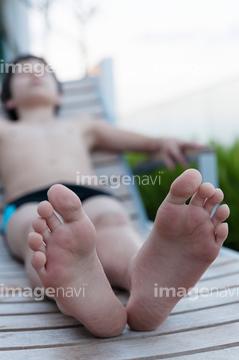 男 足の裏 若者 夏 の画像素材 ビジネスシーン ビジネスの写真素材ならイメージナビ