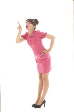 腰に手を当てる ポーズ 指を差す ピンク色の画像素材 ビジネス