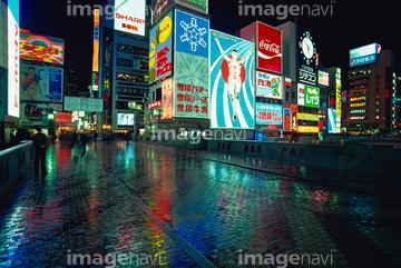 町並建築 リゾート田園 ネオン街雨の画像素材 写真素材