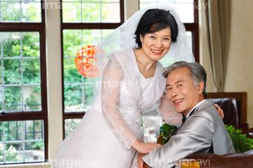 128a9ac7b71a7 妻 年配の女性 パーティードレス ウェディングドレス の画像素材