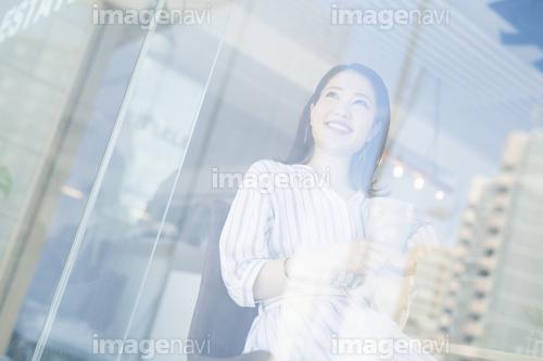 窓の外を眺めてくつろぐ女性