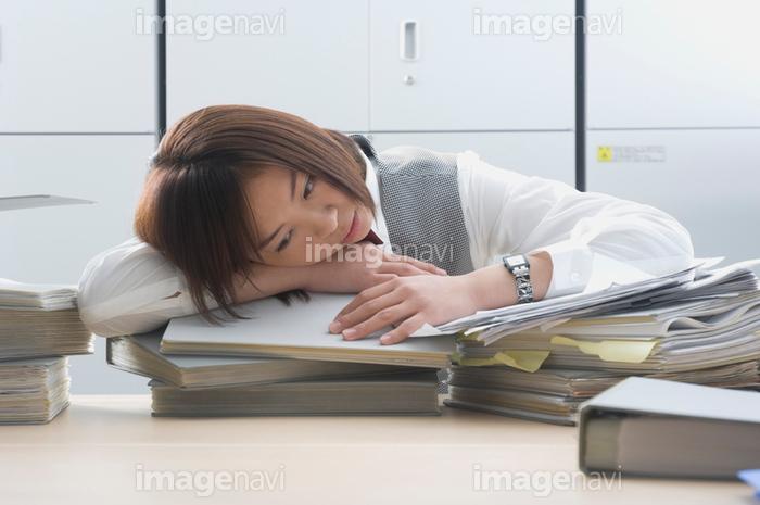 机に突っ伏すolの画像素材10026948 写真素材ならイメージナビ