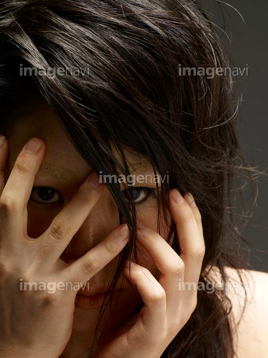 顔を手で覆う女性】の画像素材(12917137) | 写真素材ならイメージナビ