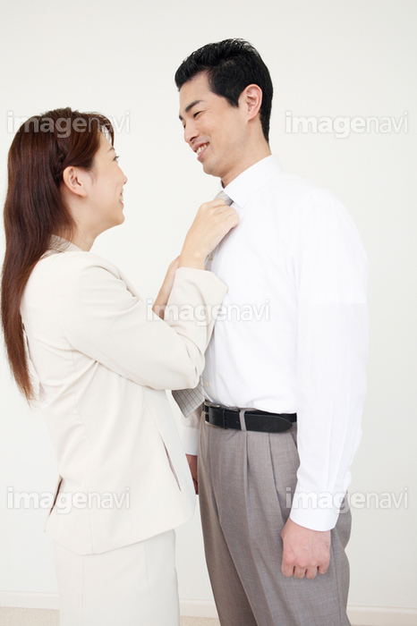 ネクタイを締める妻】の画像素材(13901415) | 写真素材ならイメージナビ
