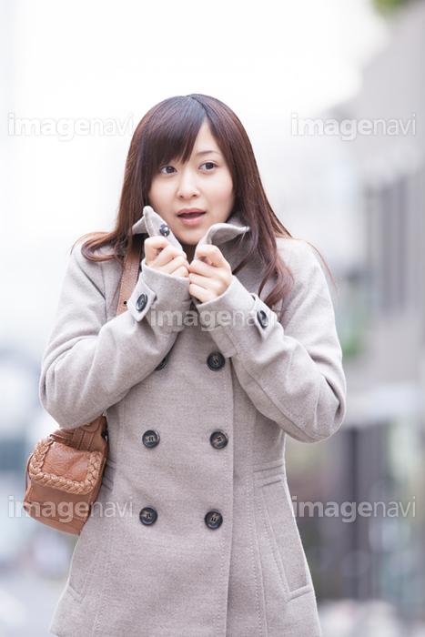 【指をなめる若い女性】の画像素材(11516887)   写真素材なら