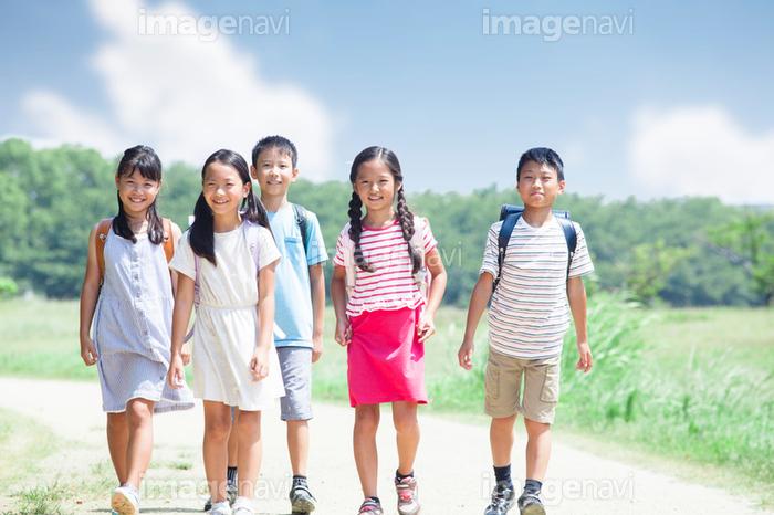 登下校中の小学生】の画像素材(19849722) | 写真素材ならイメージナビ