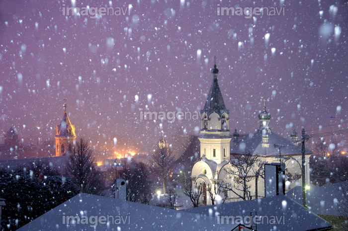 雪の函館ハリストス正教会とカトリック元町教会の写真素材 (50071500)